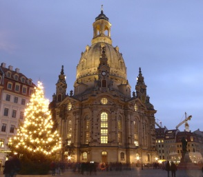 christmas-tree-in-front-of-the-church-of-our-lady-in-dresden